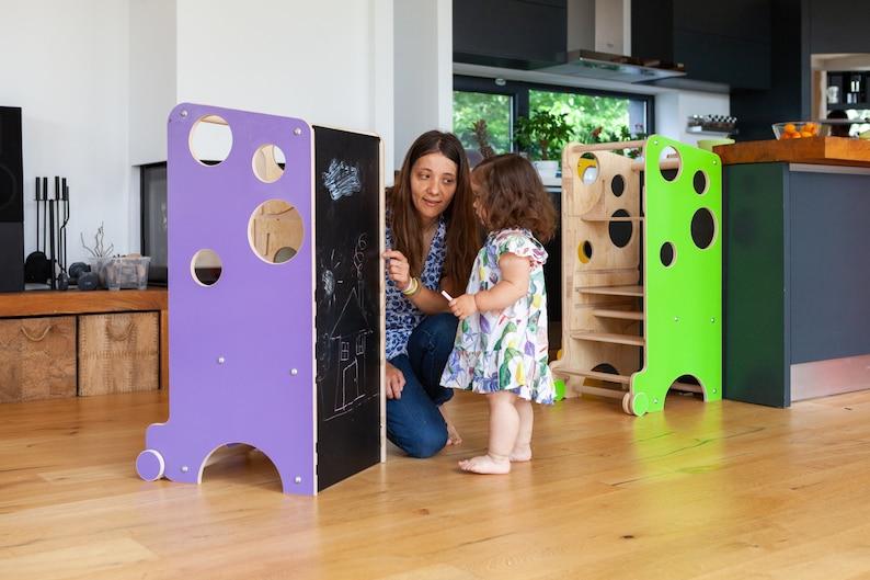 Frau malt mit Kind