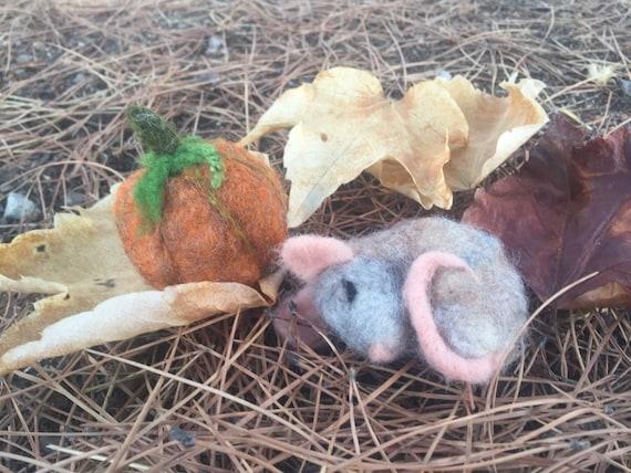 Needle felted mouse, sleepy mouse, felted autumn, felted fall, needle felted animal,autumn ornament, autumn devor