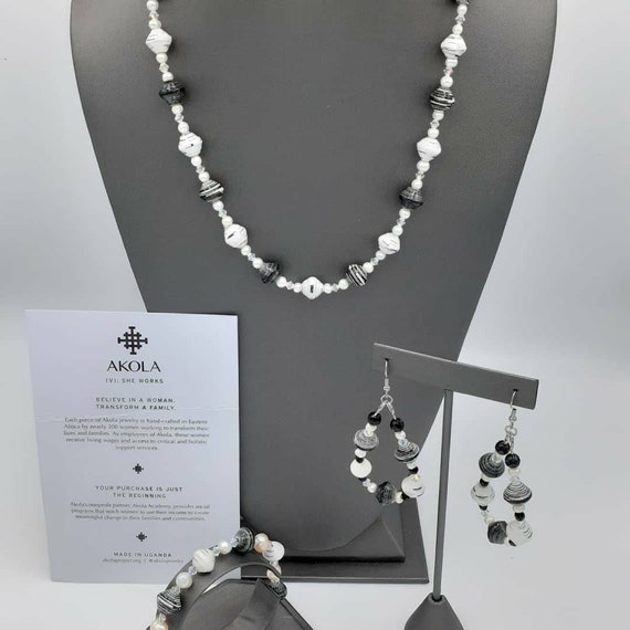 AKOLA beaded jewelry suite in black & white