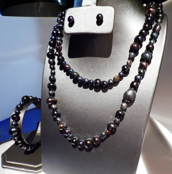 36 inches of beautiful peacock colored freshwater pearls with stud earrings and bracelet Multicolored pearls in shades black/blue