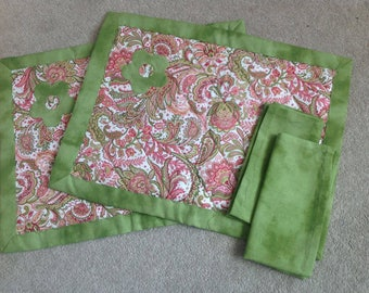 2 place mats and 2 napkins with applique flower