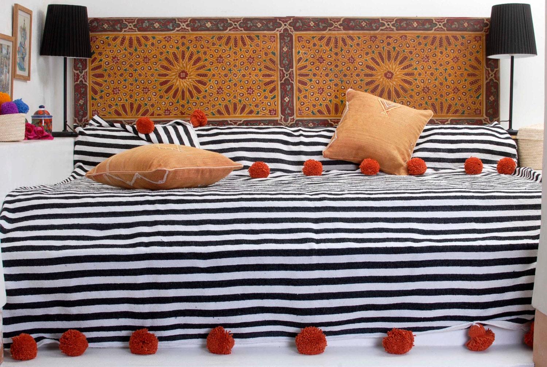 couverture en coton marocaine avec pom poms 100 coton etsy. Black Bedroom Furniture Sets. Home Design Ideas