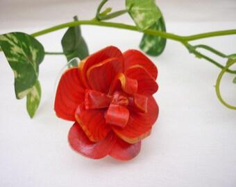 Bague fleur polymère Fleur rouge striée doré 4.5 cm