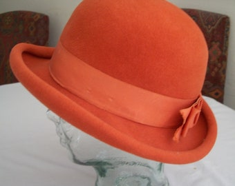 VTG 1950 s Orange Wool Felt Bowler Hat By Best   Co. Fifth Ave. New York.  Has A Wide Orange Grosgrain Band And Bow And A Rolled Brim. fcd3e1903ce