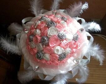 Bouquée mariée, bouquet rond mariée, bouquet mariée rose blanc argent, bouquet mariée plumes perles et strass, bouquet fleurs éternelles