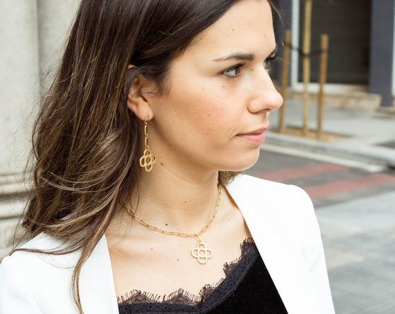 Golden chunky chain necklace with panot Barcelona flower pendant, golden statement chain, dense paperclip chain style, art-deco flower.