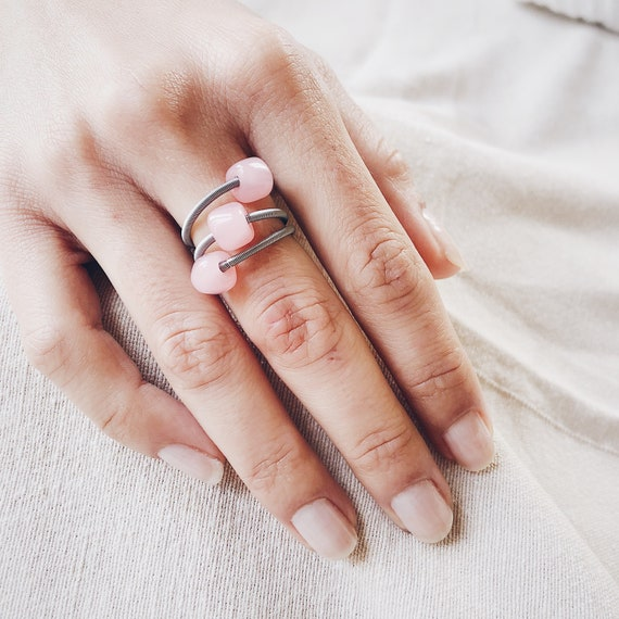 Pink midi guitar string ring, stretch ring, stackable knuckle ring with glass pearl stone, murano glass, midi ring, stackable ring