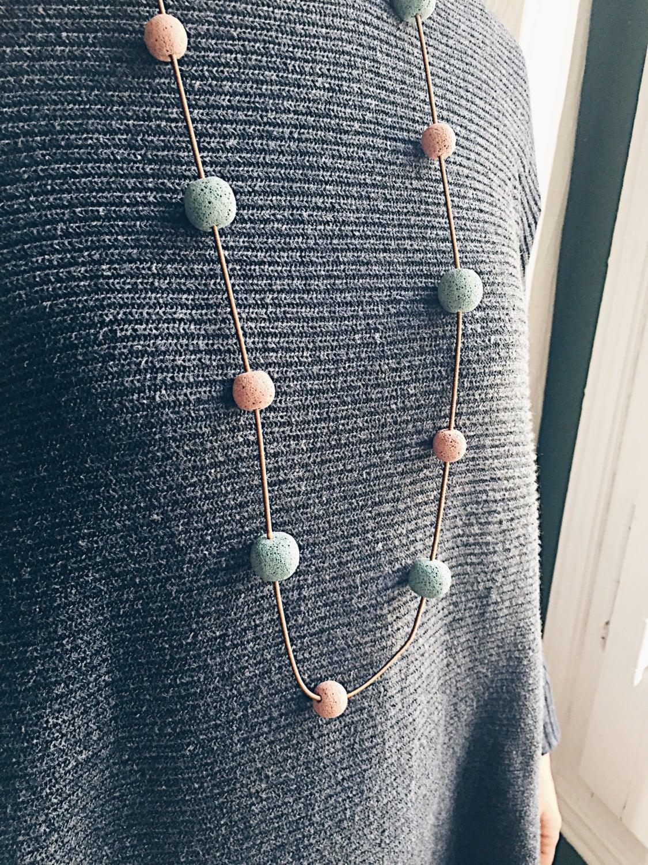 ff0c9bed54d8 Collar largo de bronce con bolas de piedra volcánica en tonos azul y rosa