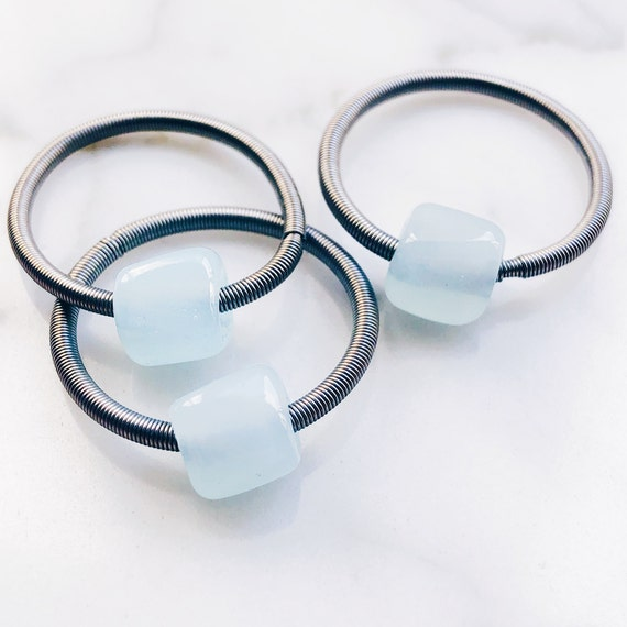 Thin midi guitar string ring, stretch ring, stackable knuckle ring with glass blue stone, murano glass, midi ring, stackable ring, steel.