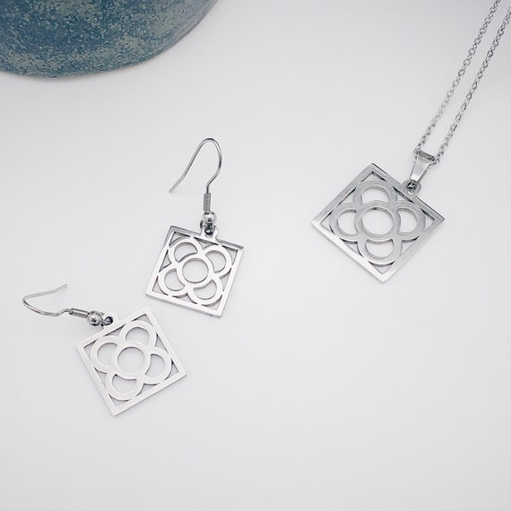 set of earrings and pendant for women with the motif of the flower of Barcelona, gift for women, jewelry set for women