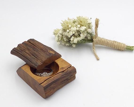 Diamond ring box - Live edge wood ring box - Engagement ring holder - Classic / Luxury - oak wood - Sustainable woodland engagement ring box