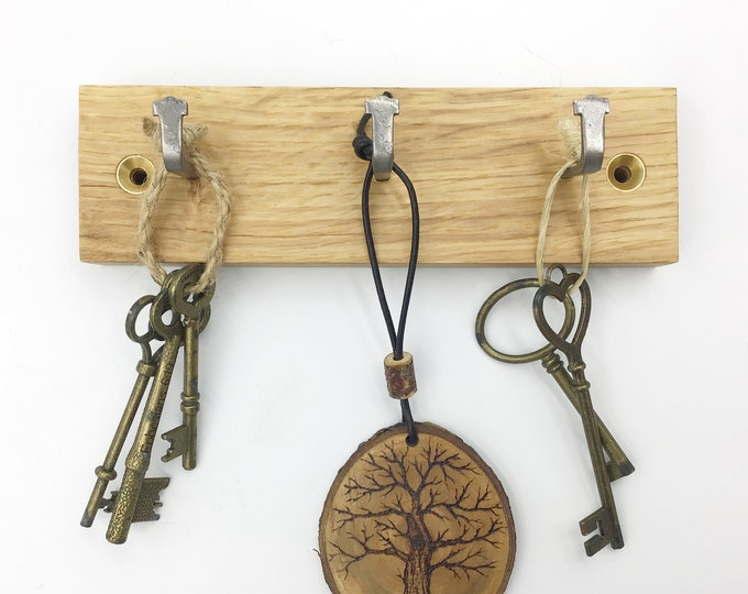 Key rack - 3 hook Oak wall rack - Simple, stylish Oak Wall Plaque with hanging hooks - Solid natural wooden slice for your keys. Sustainable
