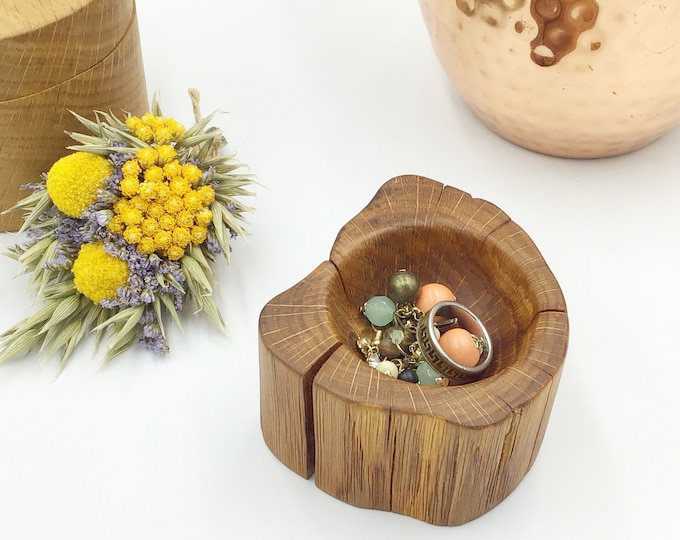 Ring or trinket dish. Ideal Mothering Sunday gift.  Bedside Jewellery bowl / dish / tray. Oak Wood display dish. Heirloom trinket display