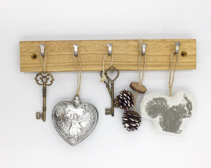 Key rack - 5 hook Oak wall rack - Simple, stylish Oak Wall Plaque with hanging hooks - Solid natural wooden slice for your keys. Sustainable
