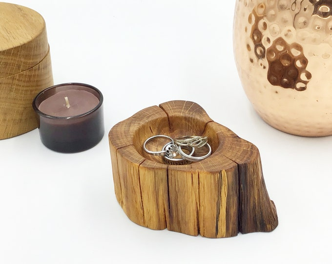 Bedside ring or trinket dish. Oak Heartwood. Ring bowl gift Idea. Jewellery or earring bowl / dish / tray. Wooden display. Hand carved dish