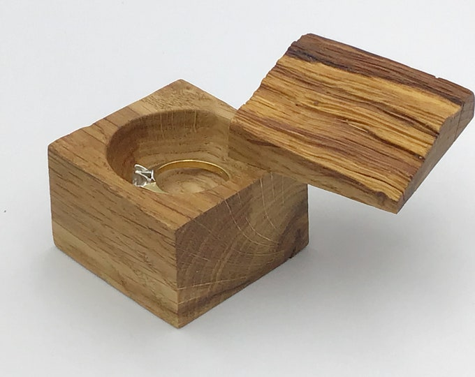 Heirloom ring box - Live edge wood ring box - Engagement ring holder - Classic / Luxury - Sustainable woodland engagement ring presentation