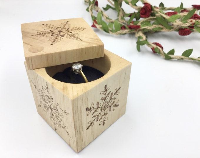 Snow flake Ring box. Engagement ring box. 5 wood burnt snowflakes. Pyrography / Wood burning. Natural wooden proposal box. Ring holder.