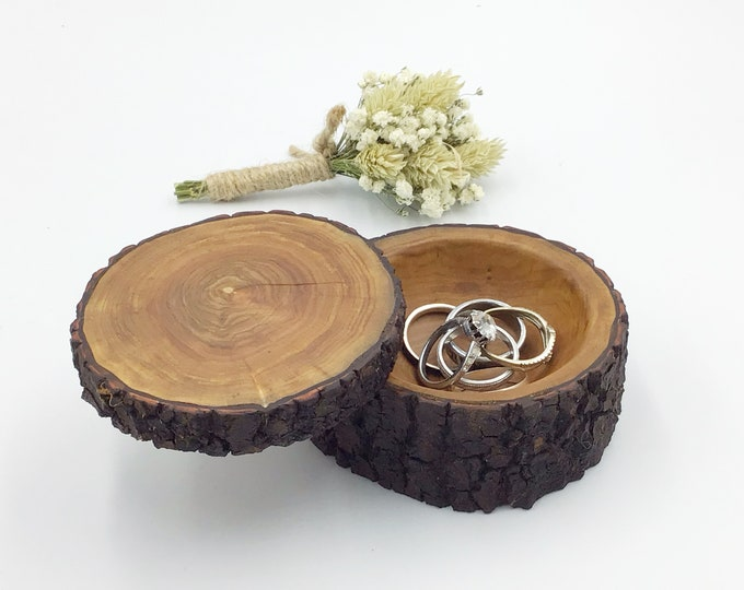 Jewellery box. Completely unique live edge (bark) wood jewelery box. Ring dish with lid. Earring / Charm bedside box. Luxury rustic woodland