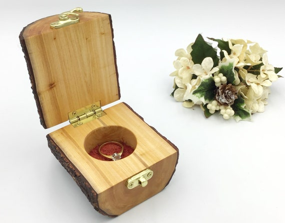 Jewellery box. Unique live edge Willow wood jewelery box. Treasure chest. Ring / Earring / Charm box. Luxury. Handmade from wooden branch