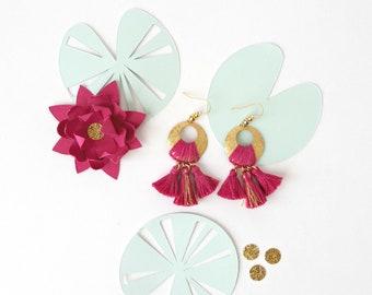 Boucles d'oreilles tissées NINFEA bois de rose et or, 8 coloris au choix, bijou bohème, disque en laiton brut granité, fil de coton, pompons