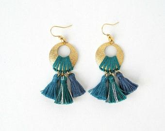 Boucles d'oreilles tissées NINFEA nuances de bleu et or, bohèmes, disque en laiton brut granité, fil de coton , 3 nuances de bleu, pompons