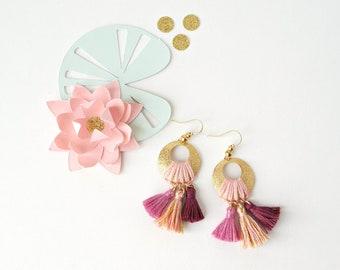 Boucles d'oreilles tissées NINFEA nuances rose et or, bohèmes, disque en laiton brut granité, fil de coton, 3 nuances rose-violet, pompons