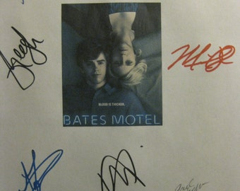 Bates Motel Signed TV Pilot Screenplay Script X9 Autograph Vera Farmiga Freddie Highmore Max Thieriot Olivia Cooke Nicola Peltz Mike Vogel