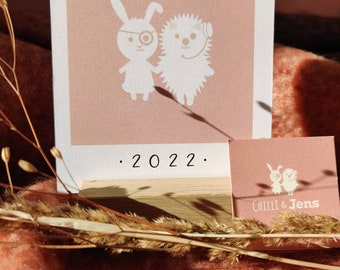 Table calendar 2022 - 12 single cards in postcard format in an oak wood holder with cute illustrations by Chilli and Jens