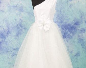 Wedding dress in silk taffeta and tulle.