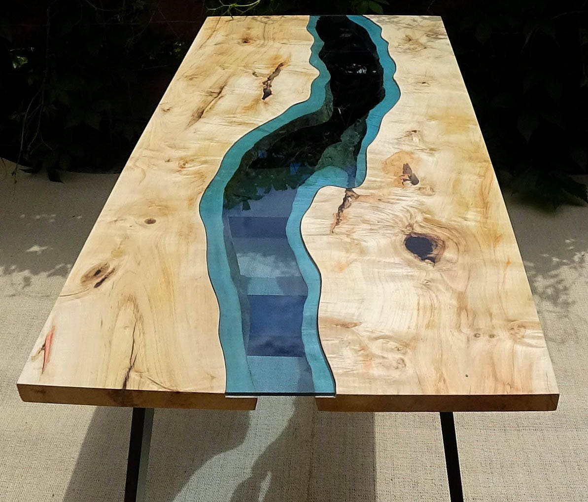 live rand fluss tisch mit mit epoxy inlay verkauft. Black Bedroom Furniture Sets. Home Design Ideas
