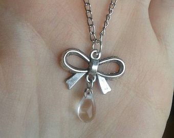 Small bow necklace