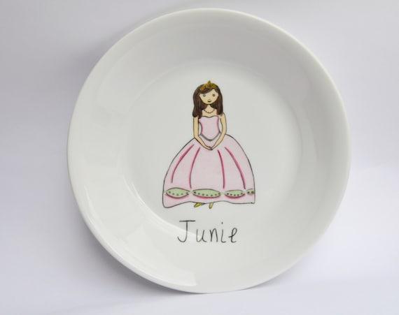 Assiette En Porcelaine Pour Une Petite Fille Dessin De Princesse Couronne Robe Rose Et Verte Personnalisée Avec Le Prénom De L Enfant