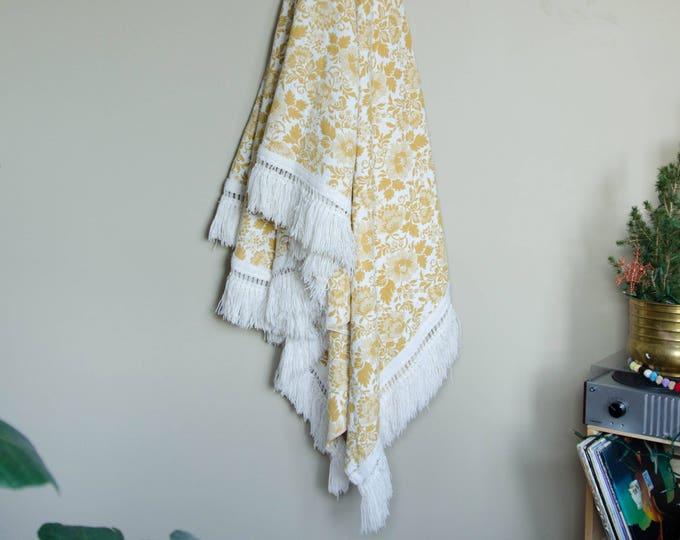 Vintage throw blanket / Decorative blanket. Yellow and white