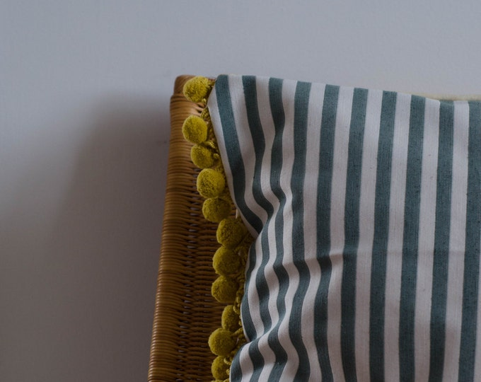 Decorative cushion cover with pompoms