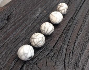5 black and white raku beads 1,4 cm
