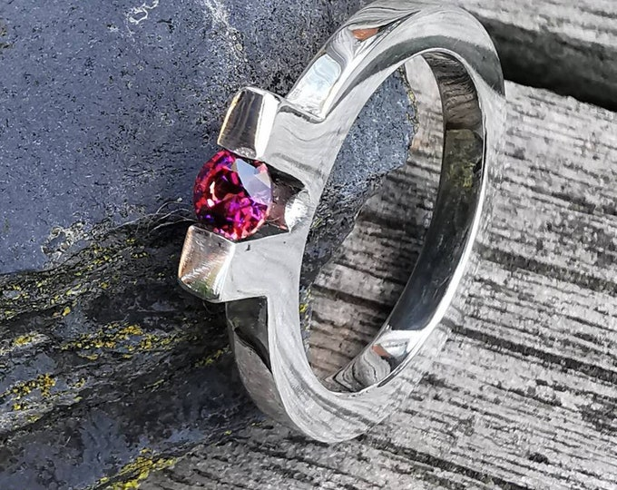 Stunning Contemporary white Gold Ring with Tension Fit 4mm Facetted Lab  Ruby