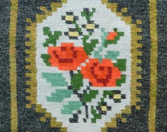Vintage handmade wool weaving roses / Swedish hand-woven table runner doily Röllakan / Scandinavian folk art wall hanging / Nordic textile