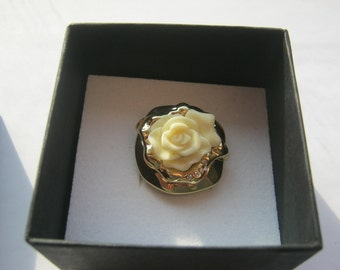 Ring with white flower fashion jewelry by Harry Ivens, diameter inside approx. 18 mm, mint, manufactured about 1980 +/-, gold