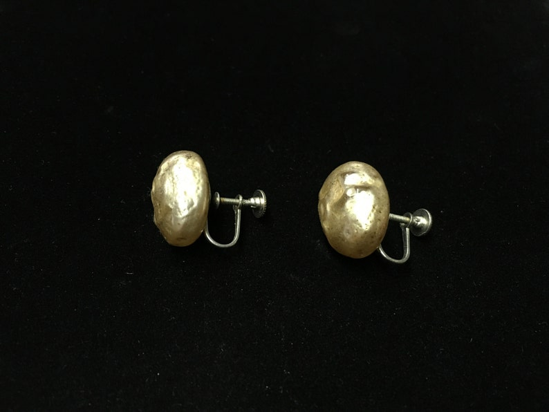 Silvertone Vintage Earings Pearlish Finish Off White Screwback