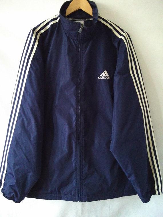 Klassische Adidas Jacke blau mit dem Kleeblatt Logo und 3 weißen Streifen unten Ärmel