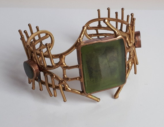 STATEMENT ooak Vintage 70/'s handcrafted artist studio modernist brutalist structural brass cuff bracelet with green resin accent