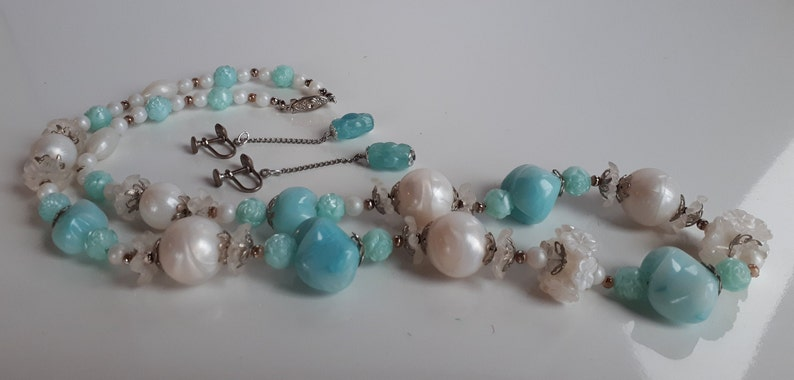 vintage lucite jewelry, Vintage 50/'s pearlescent white and sea blue lucite plastic jewelry set molded flowers necklace and dangle earrings