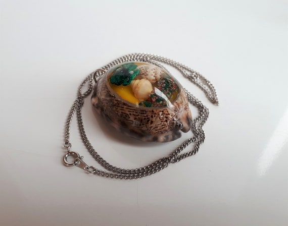 Big Vintage 50/'s underwater landscape molded clear lucite plastic embedded shell cowrie shell pendant necklace