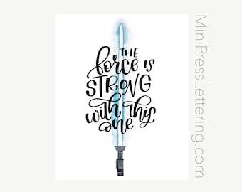 Instant Download - citation de Star Wars - la Force est fort avec celui-ci - à la main en lettres bleu sabre laser Star Wars Art Print