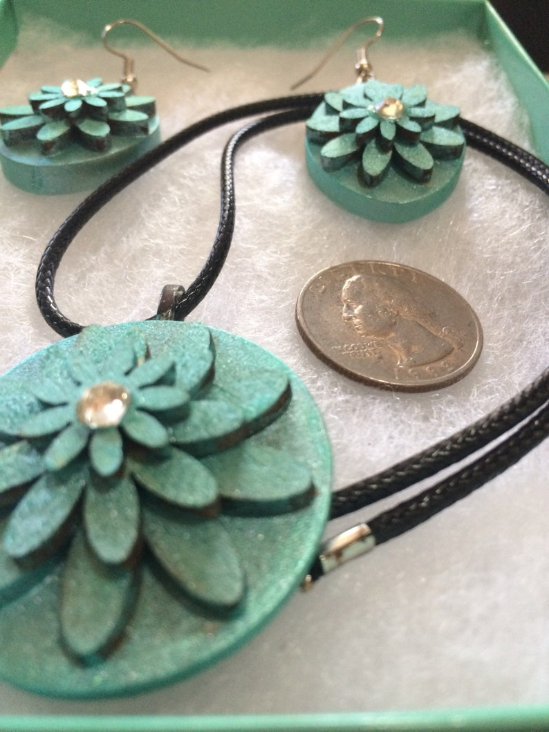 Shimmer turquoise wood flower necklace pendant and earring set