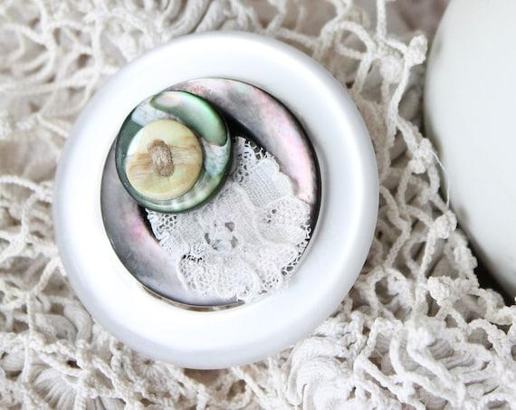 Broche ronde en dentelle et nacre, montée sur une boucle de ceinture vintage, boutons de nacre, dentelle blanche ancienne, BROCH171083
