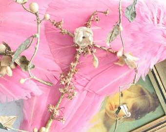 Bouquet ancien de mariée pour globe, fin XIXème, début XXème, croix ancienne et guirlande ancienne de fleurs, globe de mariée, BOUQ181403