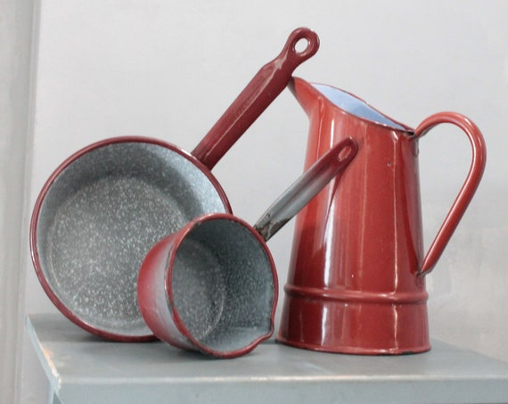 Vintage enamelled kitchen utensils: 2 enamelled pans and 1 enameled water jug, country chic, EMA181511