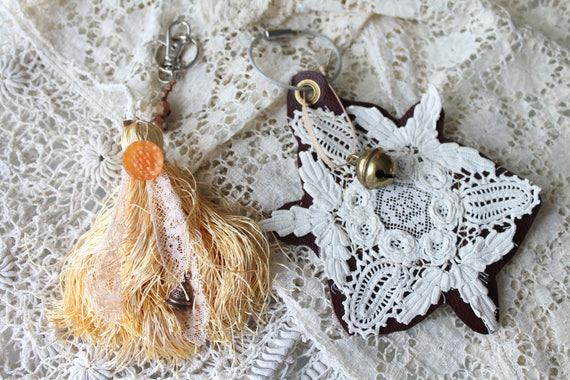 Porte clés fait main unique, porte clés pompon et dentelle, trousseau de clef, pompon de sac, décor de sac, porte clés cuir, CREA171087 1115