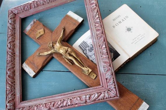 Crucifix et Missel romain,Christ sur la croix,Objet religieux,Croix en bois et nacre, Plaque INRI,Missel ancien, RLG170879